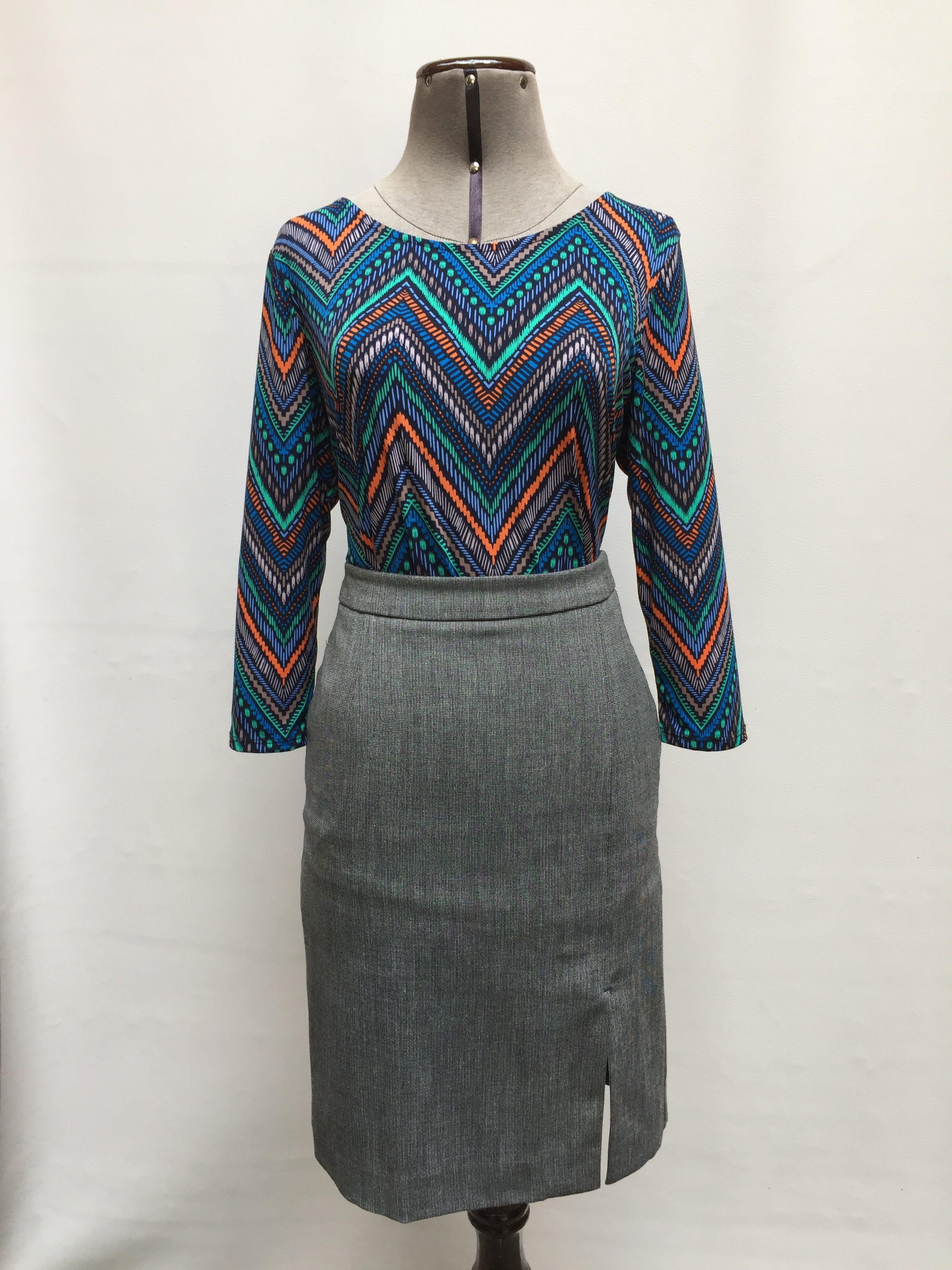 Blusa azul con estampado tribal de colores, tela tipo lycra, manga 3/4, detalle de botones en la espalda Talla M (S en etiqueta)